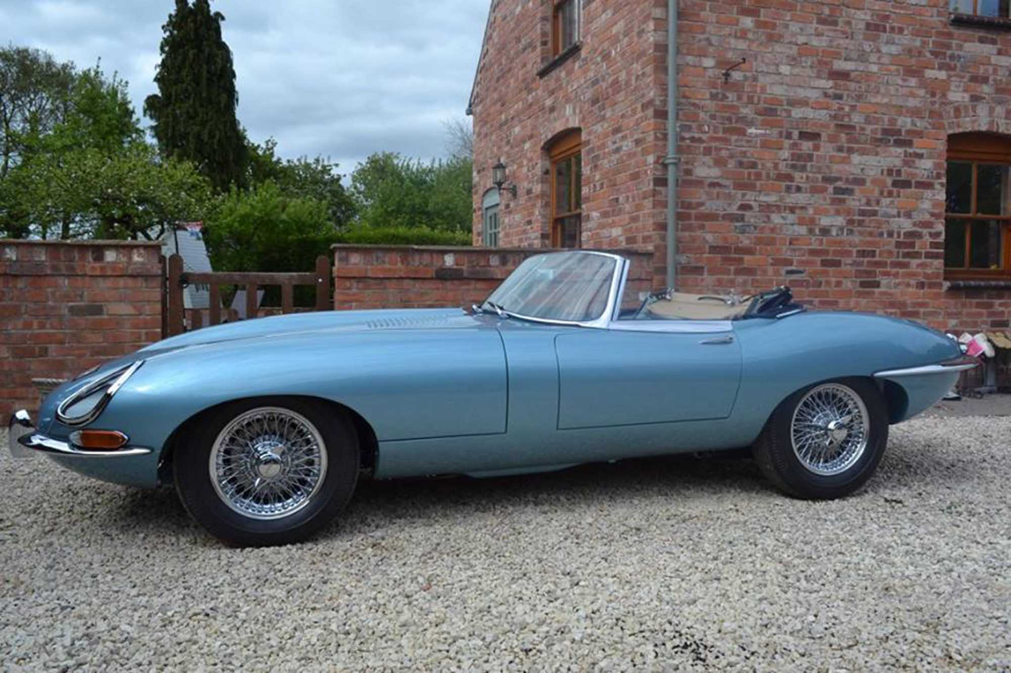 e-type-jaguar-roadster-blue-2